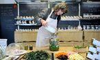 Gertrude Henzl verarbeitet in ihrem kleinen Geschäft beim Naschmarkt Taubnesseln zu Sirup oder Brennnesseln zu Chips. / Bild: Die Presse