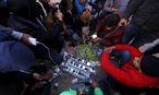 Flüchtlinge beim Aufladen ihrer Mobiltelefone nahe der griechisch-mazedonischen Grenze Idomeni. / Bild: REUTERS