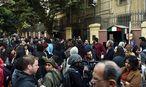 Vor der italienischen Botschaft in Kairo bekunden Menschen ihre Solidarität mit dem ermordeten Giuilo Regeni. / Bild: (c) APA/AFP/MOHAMED EL-SHAHED