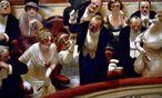 """""""Les retardataires"""": Zuspätkommende verärgern das restliche Publikum auf einem Ölbild von Albert Guillaume. / Bild: (c) Albert Guillaume"""
