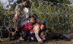 Flüchtlinge, die den ungarischen Grenzzaun überwinden, können in einem Schnellverfahren verurteilt werden. Die EU-Kommission hat Bedenken, ob das mit Europas völkerrechtlichen Verpflichtungen kompatibel ist. / Bild: (c) REUTERS (BERNADETT SZABO)