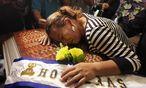 Die Mutter der getöteten Schwester weint an deren Särge. / Bild: (c) REUTERS (JORGE CABRERA)
