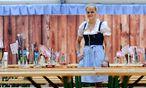 Susann Bittner ist eine von jenen 400 Personen, die auf der Wiener Wiesn arbeiten. / Bild: Die Presse/Clemens Fabry