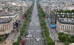 Auf den Champs-Élysées sind die Parkplätze ebenso rar wie im Großteil der Pariser Innenstadt. Die privaten Abschleppdienste machen ein lukratives Geschäft. / Bild: (c) Bilderbox