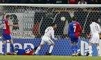 Derley (L)von Benfica gegen Axel Witsel of (Zenit) / Bild: REUTERS