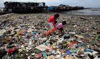 Kinder in der Hauptstadt Manila sammeln durch den Strum angespülten Müll. / Bild: REUTERS/Romeo Ranoco