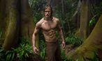 """Diesmal im Lendenschurz: Alexander Skarsgård, Star aus """"True Blood"""", wirkt eher, als treibe er sich im Gewächshaus herum als im Dschungel. / Bild: Jonathan Olley/Warner Bros."""