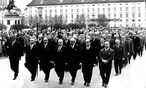 Die Bundesregierung marschierrt in Gedenken für den bei Demonstration bei der Oper ums Leben gekommen Pensionisten Ernst Kirchweger über den Heldenplatz.  / Bild: Kern, Fritz / ÖNB-Bildarchiv / picturedesk