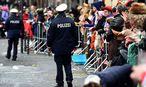 Die Polizei in Köln wird auch am Montag im Einsatz sein, in anderen Städten werden die großen Umzüge wetterbedingt abgesagt. / Bild: (c) APA/AFP/PATRIK STOLLARZ