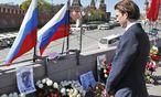 Sebastian Kurz legt in Moskau Blumen an dem Ort nieder, an dem Oppositionsführer Boris Nemzow ermordet wurde. / Bild: (c) APA/Dragan Tatic