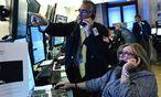 Handelsraum in Aufruhr: Anleihehändler fürchten um ihre fetten Kommissionen. / Bild: (c) APA/EPA/JUSTIN LANE (JUSTIN LANE)