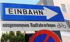 Fleißaufgabe auf einem Verkehrszeichen: Die Schreibweise mit Binnen-I lässt sich nicht zur Pflicht erheben. / Bild: (c) Clemens Fabry