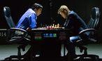 Carlsen (rechts) und Anand am Samstag / Bild: APA/EPA/YEVGENY REUTOV