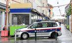 Ermittler im Mai beim Tatort auf dem Brunnenmarkt. / Bild: APA/HERBERT P. OCZERET