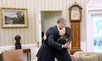 US-Präsident Barack Obama umarmt die vom Ebola-Virus geheilte Krankenschwester Nina Pham im Weißen Haus. / Bild: (c) APA/EPA/Olivier Douliery / POOL