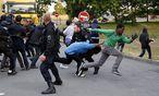 Französische Polizei umzingelt Flüchtlinge am Eurotunnel / Bild: APA/EPA/YOAN VALAT