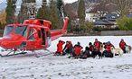 Hilfskräfte vor dem Abflug zu einem  Lawinenunglück in der Wattener Lizum. / Bild: APA/ZOOM.TIROL