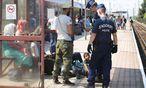 Endstation Grenzkontrolle: Flüchtlinge am Montag an der österreichisch-ungarischen Grenze in Hegyeshalom. / Bild: (c) REUTERS (HEINZ-PETER BADER)