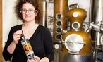 Carmen Hermann Krauss mit ihrem prämierten Gin  / Bild: Feindestillerie Krauss