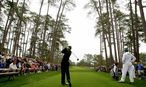 Woods of the U.S. hits a tee shot on the 17th hole during a practice round for the 2008 Masters golf tournament in Augusta / Bild: REUTERS