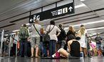 Die am Flughafen Wien gestrandeten Passagiere mussten in umliegenden Hotels untergebracht werden. Sie können mit einer Entschädigung rechnen. / Bild: (c) APA/HERBERT NEUBAUER