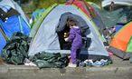 Flüchtlinge campieren an der Grenze zu Deutschland / Bild: APA/BARBARA GINDL