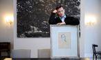 Markus Muliar mit einem Bild seines 2009 verstorbenen Großvaters Fritz. / Bild: Die Presse
