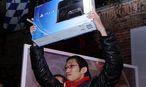 Einer der ersten in New York, der sich die Playstation 4 geschnappt hat. / Bild: (c) EPA/PETER FOLEY