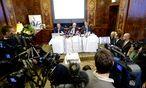 Pressekonferenz im Landtmann: Links das Bild von Alijew, präsentiert von dessen früheren Anwälten Klaus Ainedter, Manfred Ainedter und Otto Dietrich (von links) / Bild: APA/Hans K. Techt