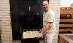 Bäcker Helmut Gragger bäckt in der Fastenzeit wieder Fastenbeugel – am Aschermittwoch mit anderthalb Dutzend Interessierten. Wie der Bagel wird der oberösterreichische Beugel vor dem Backen gekocht. / Bild: Die Presse