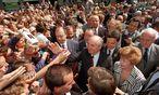 Kurz vor dem Fall der Berliner Mauer, am 13. Juni 1989, baden die Medienstars Michail und Raissa Gorbatschow in Bonn in der Menge. Ganz rechts: Außenminister Schewardnadse. / Bild: EPA