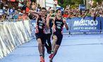 Aufsehenerregend: Alistair Brownlee (l.) half seinem schwächelndem Bruder Jonathan bei der Triathlon-WM über die Ziellinie.  / Bild: (c) APA/AFP/ELIZABETH RUIZ