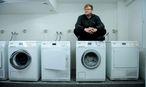 """Thomas Weber rät unter anderem: """"Miete eine Waschmaschine."""" Das Foto entstand im Wiener Studentenheim Albert-Schweitzer-Haus (9. Bezirk). / Bild: Die Presse"""