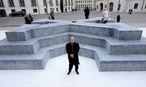 Der Autor René Freund vor dem Deserteursdenkmal, das am Freitag auf dem Wiener Ballhausplatz eröffnet wurde. / Bild: Die Presse
