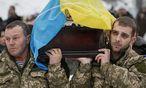 Sergiy Nikonenko wird zu Grabe getragen. Der ukrainische Soldat starb bei den Kämpfen um Luhansk. Kiew zieht weitere Männer in die Armee ein. / Bild: (c) REUTERS