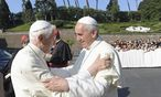 Franziskus (rechts) und sein Vorgänger bei einem Treffen im Sommer 2013 / Bild: Reuters