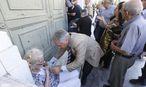 Alte Menschen verzweifelten vor den Banken. / Bild: APA/EPA/ARMANDO BABANI