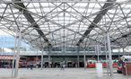 Ein Ort zum Durcheilen: Am Bahnhofsvorplatz hält sich niemand länger auf, als er unbedingt muss. / Bild: Die Presse/Clemens Fabry