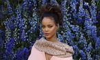 """Maybe fake's what I like"": Rihanna am Rande der Modeshow von Christian Dior in Paris. / Bild: (c) APA/AFP/PATRICK KOVARIK"