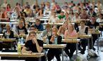 Aufnahmeprüfung zum Medizinstudium  / Bild: APA/ROLAND SCHLAGER