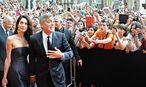 George Clooney mit seiner Verlobten Amal Alamuddin und Fans / Bild: APA/EPA/MAURIZIO DEGL'INNOCENTI