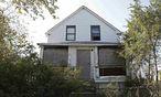 Verlassen und verwildert: In diesem Haus wurde eine der Frauenleichen gefunden / Bild: REUTERS
