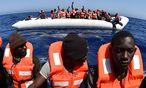 Flüchtlinge werden in Schlauchbooten vor dem Ertrinken gerettet. / Bild: APA/AFP/GABRIEL BOUYS