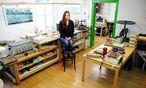 Buchbinderin Ira Laber stellt in ihrer Werkstatt Kreatives rund um das Papier her, macht Workshops und gibt ihr Wissen auch an Kinder weiter.  / Bild: Die Presse
