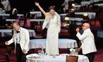 Sven-Eric Bechtolf (l.)  spielt Bernhards wahnsinnigen Doktor glänzend, der die Königin der Nacht (Annett Renneberg) umschwärmt. Christian Grashof spielt deren halb blinden, ignoranten Vater. / Bild: (c) APA/BARBARA GINDL