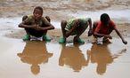 Kinder waschen ihre Haare mit Regen in Äthiopien. / Bild: REUTERS