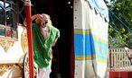 Warten auf die Besucher: Vor jeder Vorstellung begrüßt Clown Anatoli die Gäste. Vor dem Circus Roncalli war er beim Cirque du Soleil in Las Vegas engagiert. / Bild: Die Presse