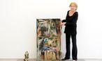 Die österreichische Künstlerin Carolee Schneemann, Pionierin der Körperkunst, hier mit einem ihrer frühen Objekte in der Sammlung Friedrichshof.  / Bild: Die Presse