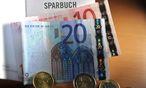 Immobilien vor Sparbuch / Bild: APA/BARBARA GINDL