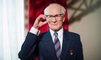 Nur noch eine Wachsfigur erinnert an Erich Honecker. So spartanisch war sein Büro denn doch nicht . / Bild: APA/EPA/Maja Hitij